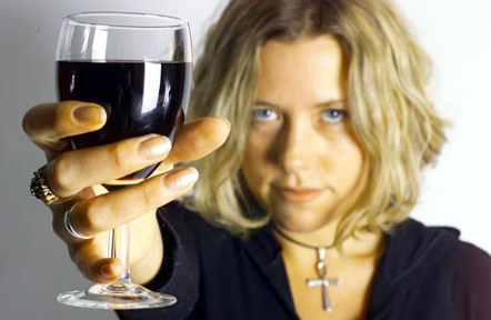 woman_holding_glass_of_wine